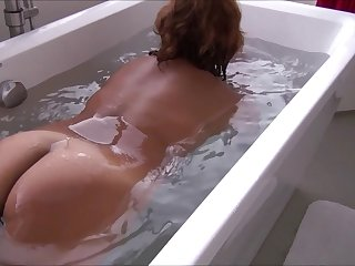 lLYNN TAKING A BATH TUB